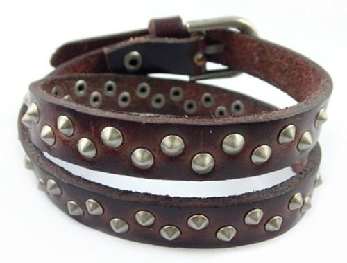 Коричневый браслет с заклёпками