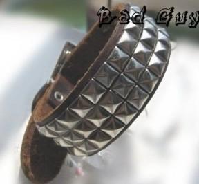 Кожаный браслет с заклёпками