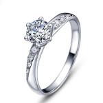кольцо с ярким кристаллом